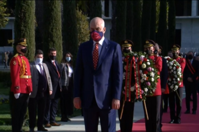 Independence Day brings together Meta, Rama and Ruçi in a wreath laying ceremony at Flag's square in Vlora