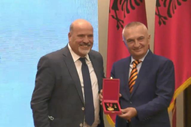 Tirana kulübünün 100. yıldönümünde Cumhurbaşkanı Meta futbolda en ünlü isimlere '' Büyük Usta '' unvanı verdi