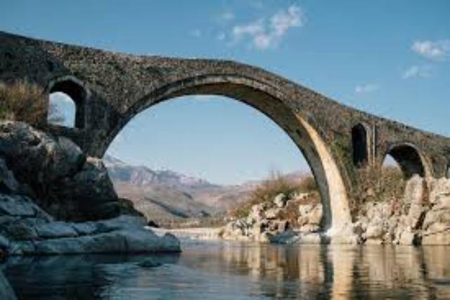 Die Mesi Brücke - eine schöne Sehenswürdigkeit nur 6 km entfernt von  der Stadt Shkodra