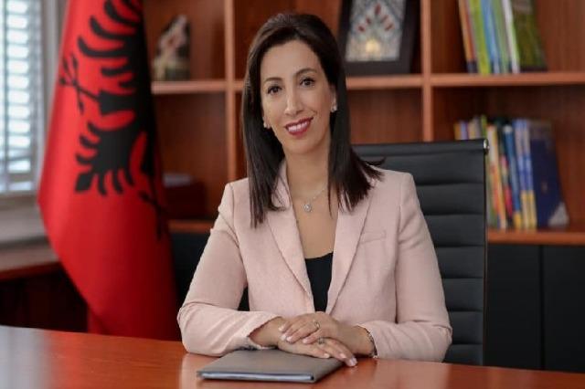 Le ministre de l'Éducation, Evis Kushi/ Universités: des cours en ligne ; paiement reporté au décembre