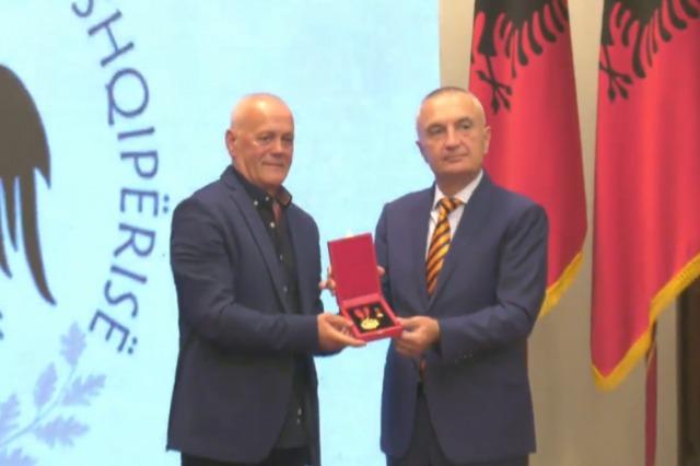 """Der albanische Staatspräsident, Ilir Meta, ehrt 7  bekannte Fußballspieler des Sportklubs Tirana mit dem Orden """"Großer Meister"""""""