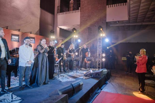 Tirana 100 ″ / Vikena Kamenica riporta le canzoni di Tirana in stile jazz