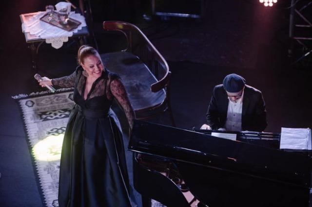 Die albanischen Sängerin, Vikena Kamenica, hat ein Konzert mit  Volksliedern aus Tirana gegeben
