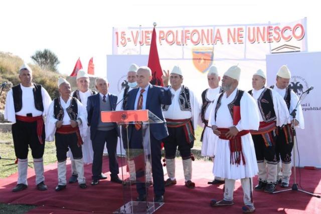 """Der mit dem Orden """"Großer Meister"""" albanische Staatspräsident  ehrt  zwei Volkskünstler in der Region Ballsh"""