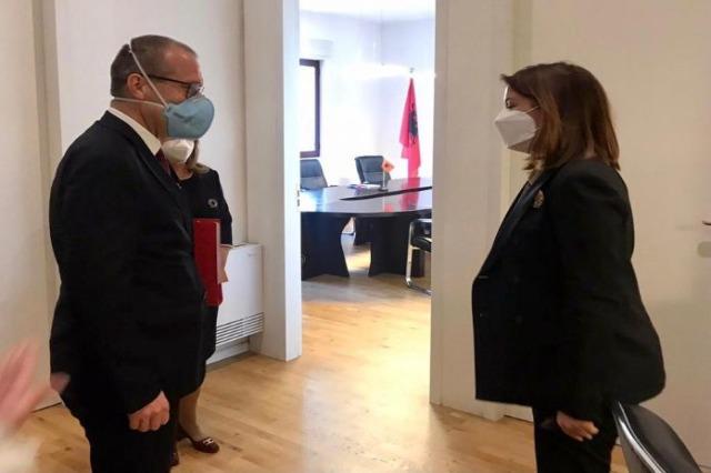 Source text Die albanische Gesundheitsministerin empfing den WHO-Direktor für Europa