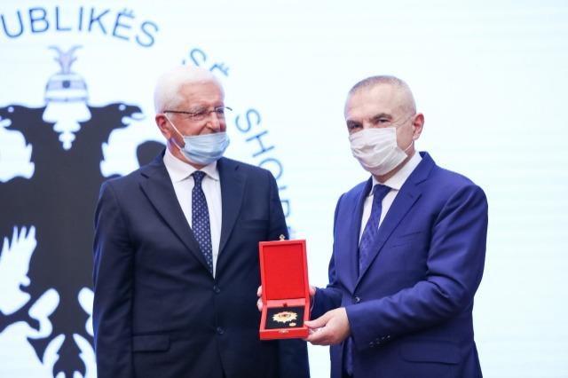 """Der albanische Staatspräsident, Ilir Meta, ehrte mit dem Orden  """"Ehre der Nation"""" den bekannten albanischen Archäologe, Neritan Ceka"""