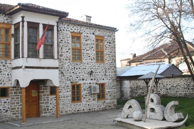 Die erste albanische Schule