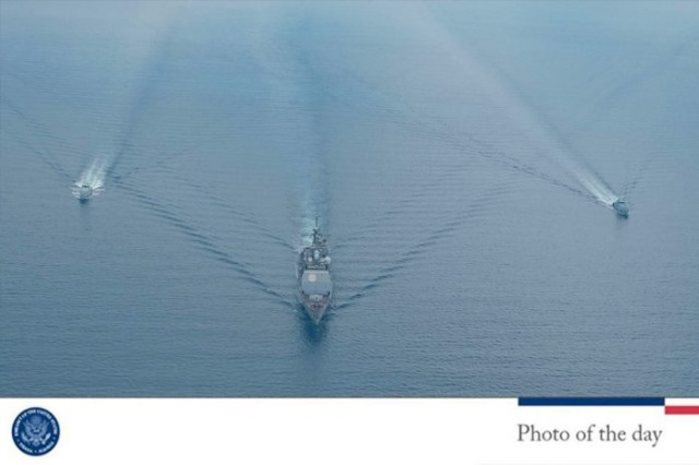 Zwei albanische Patrouillenschiffe und ein US Schiff machen Marinemanöver in der Albaniens Küste