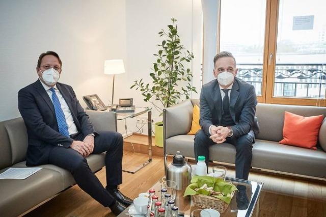 Der EU- Erweiterungskommissar und der deutsche Außenminister haben über die  EU-Aufnahme von  Albanien und Nordmazedonien  gesprochen