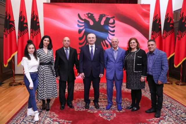 """Der albanische Staatspräsident, Ilir Meta, ehrte den bekannten albanischen Sänger, Mentor Xhemali mit dem Orden """"Ehre der Nation"""""""