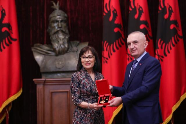 Der albanische Staatspräsident, Ilir Meta, ehrt die bekannte  Dirigentin, Suzana Turku