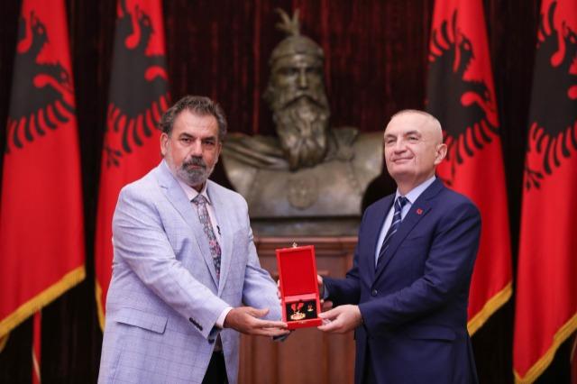 "Der albanische Staatspräsident gibt dem  Schauspieler, Aleksandër Rrapi den  Orden ""Großer Meister"""