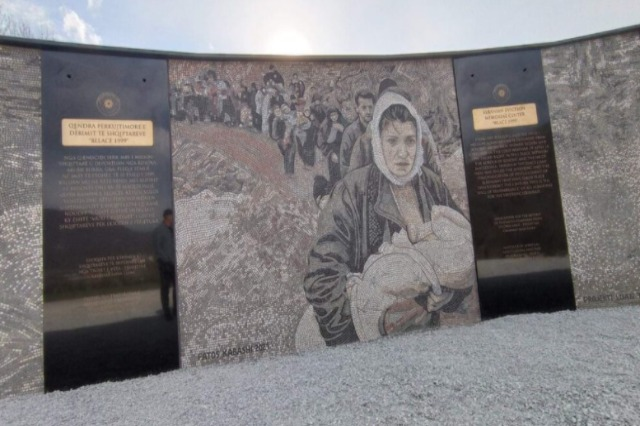 Commemoration of the Albanian exodus of the Kosovo War in the mosaic in Blace