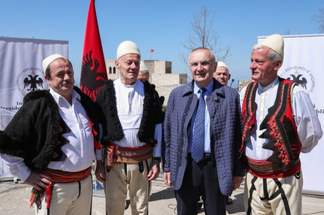 """Der albanische Staatspräsident, Ilir Meta, ehrt  die  Gesangsgruppe """"Pleqtë e Krujës"""" mit dem hohen Titel """"Großer Meister"""""""