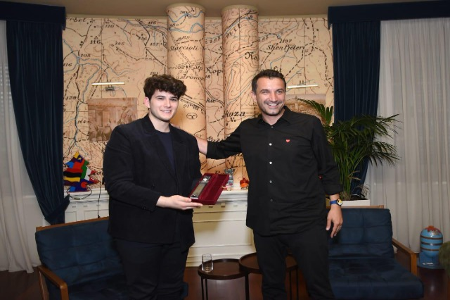 Der Oberbürgermeister der Hauptstadt, Erjon Veliaj, empfing den talentierten Sänger, Gjon Muharremaj
