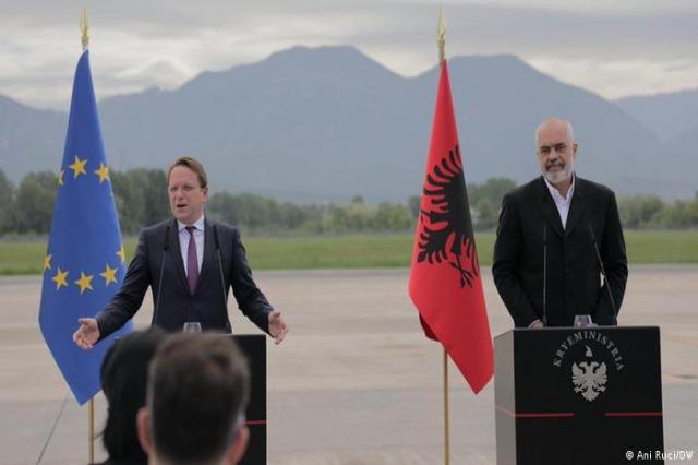 Le commissaire Varhelyi appelle les partis politiques à commencer à travailler pour la nouvelle Assemblée