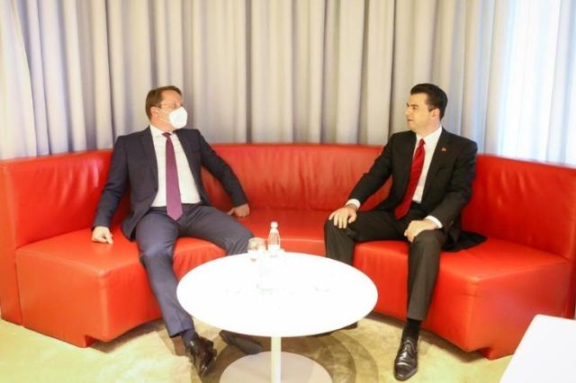 Der Demokratische Parteichef, Lulzim Basha traf sich mit  dem EU-Kommissar für Erweiterung und Nachbarschaftspolitik