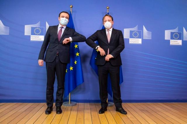 Le commissaire européen Varhelyi livre les 4 600 premiers vaccins de l'UE au Kosovo