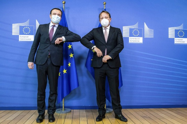Varhelyi in Kosovo promette più vaccini a giugno