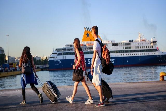 Η Ελλάδα αρχίζει να υποδέχεται τους πρώτους τουρίστες