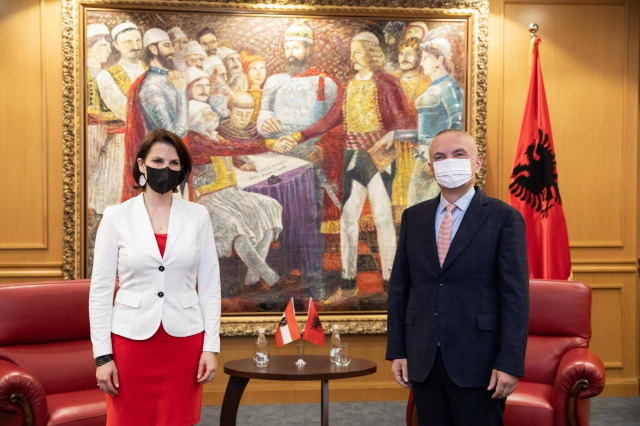 Cumhurbaşkanı Meta, Avusturya Bakanı Edstadler ile görüştü