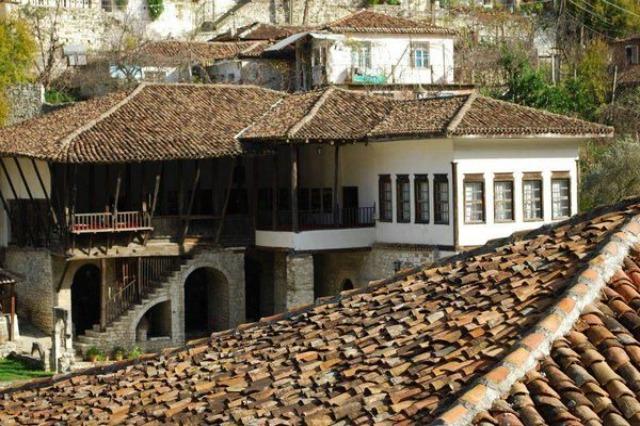 Berat / Habitations caractéristiques avec Tchardak, la typologie de bâtiments la plus connue