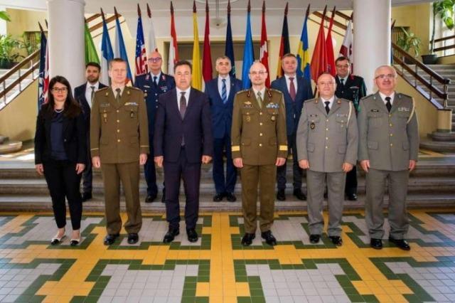 Der albanische Verteidigungsminister besucht die baltische Verteidigungsakademie