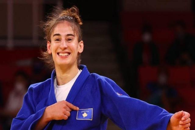 Nora Gjakova Olimpiyat Oyunlarında altın madalyayı aldı, siyasetten tebrik mesajları