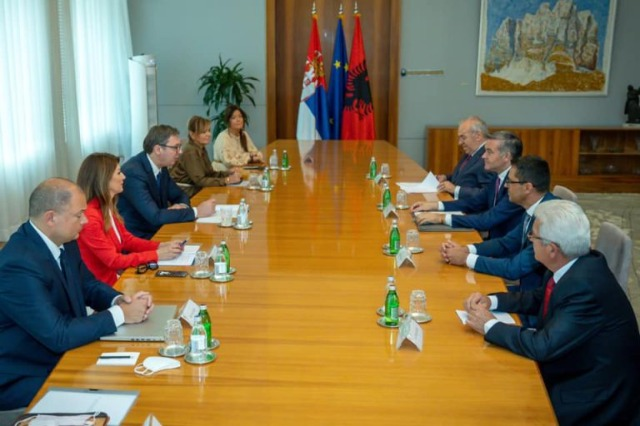 Der albanische Minister für  Tourismus und Umweltschutz, Blendi Klosi, traf sich mit dem serbischen Präsidenten, Aleksandar Vučić
