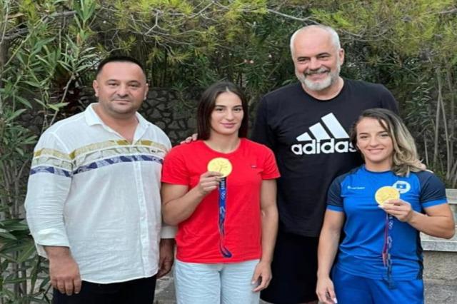 """Rama, """"Tokyo 2020""""nde altın madalyasına sahip olan Kosova'dan iki judocu ile görüştü"""
