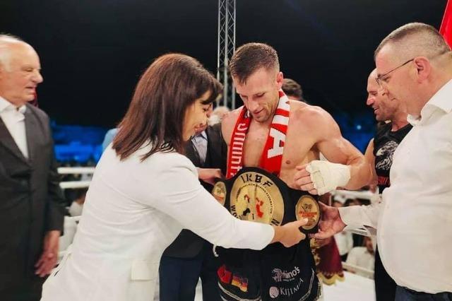 Die albanische Ministerin für Bildung, Sport und Jugend überreicht Ferit Keta die Goldene Kette: Stolz auf den Champion