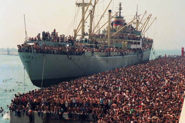 Bari, trent'anni fa lo sbarco della nave Vlora, che portò in Italia 20mila albanesi in cerca di speranza