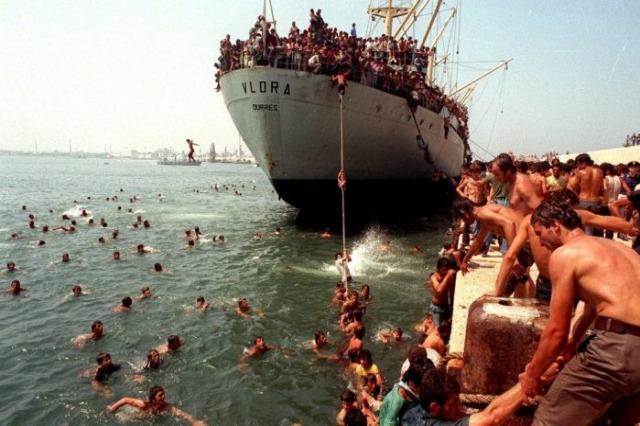 Trent'anni fa l'arrivo a Bari della Vlora