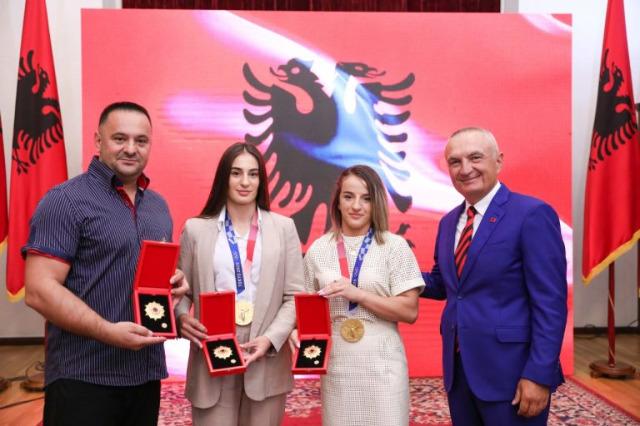 """Judocular, D'Istria Krasniqi, Nora Gjakova ve teknik direktörü Driton Kuka için """"Ulusun Onuru"""" nişanı"""