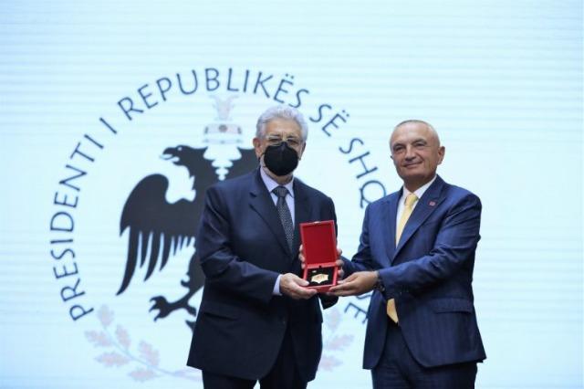 """Der albanische Staatspräsident, Ilir Meta, ehrt den weltbekannten spanischen Tenor, Placido Domingo mit dem  Orden """"Ritter des Skanderbeg-Ordens"""""""