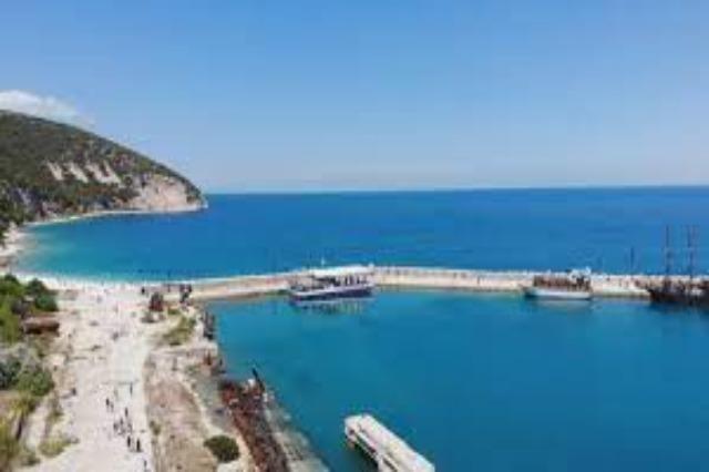Mehr als 500 polnische Touristen haben am Wochenende  die  albanische Insel Sazan besucht