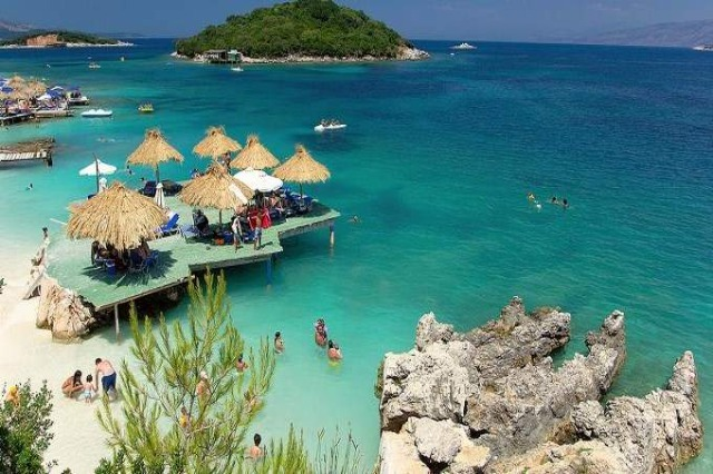 """Tourists """"occupy"""" Albania in July-August, charter passengers increase by 15%; Poles, Ukrainians and Arabs lead the number"""