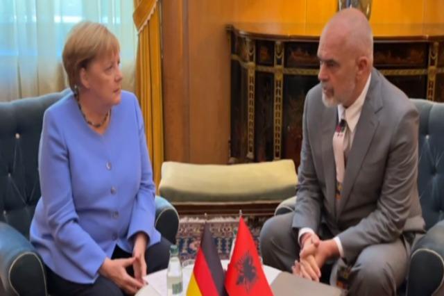 """Merkel ile Rama'nın Tugaylar Sarayı'ndaki """"yüz yüze"""" görüşmesi sona erdi"""