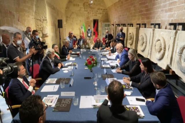 Der albanische Regierungschef, Edi Rama, besucht Süditalien