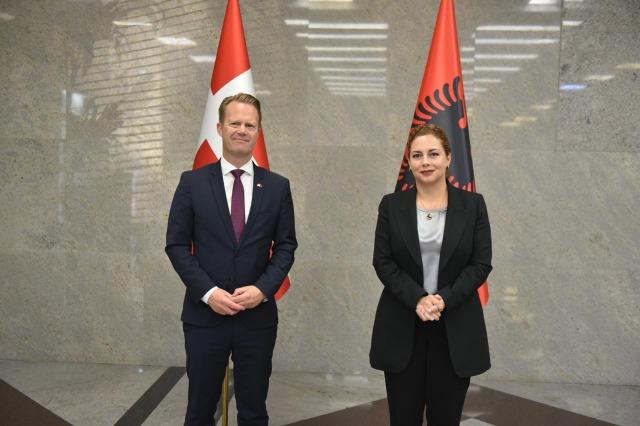 Die  albanische Europa- und Außenministerin, Olta Xhaçka, empfing den dänischen Außenminister, Jeppe Kofod