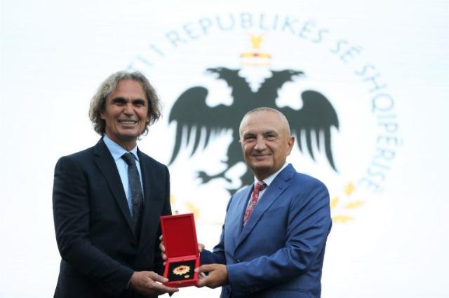 """Der albanische Staatspräsident, Ilir Meta  gibt dem bekannten Ballettmeister Ilir Kerni den Orden """"Ehre der Nation"""""""
