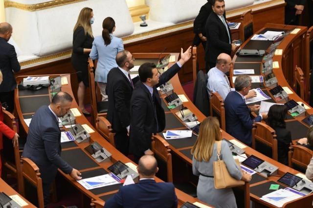 Pochi minuti dopo l'inizio della seduta, l'opposizione lascia l'aula dell'Assemblea
