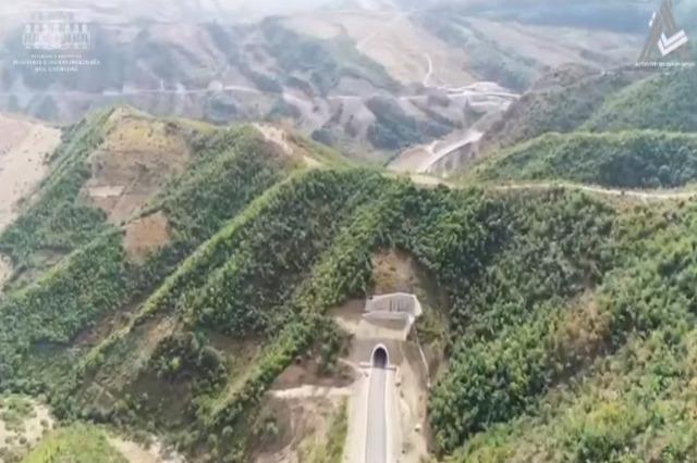 8 Koridor projesinin bir parçası olan Qukës-Qafë Ploçë yolunda çalışmalar devam ediyor