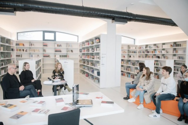 Minister of Culture Margariti donates books for the library of the city of Korça