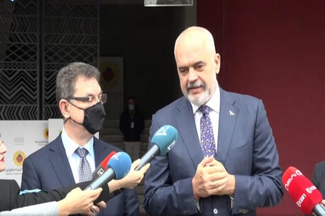 Head of Pfizer visits Albania, inspects the preservation conditions of the vaccines