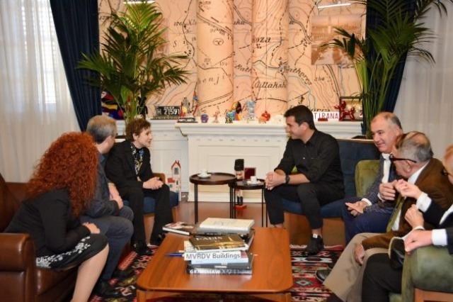 Ο δήμαρχος των Τιράνων δέχθηκε την ποιήτρια Τζουλιάνα Γιοργκατζί