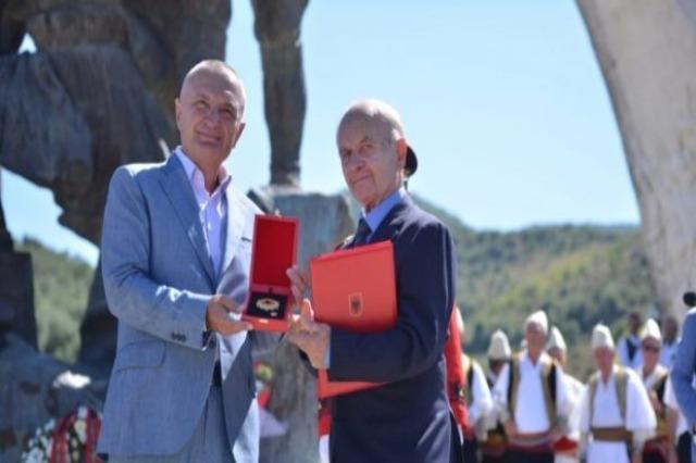 Ο Πρόεδρος της Αλβανίας, Ilir Meta, τιμά τον γνωστό γλύπτη, Muntaz Dhrami